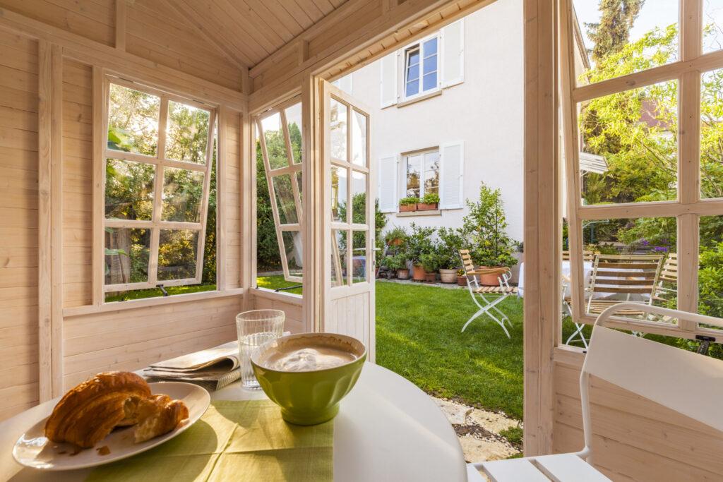 Deutschland, Baden-Württemberg, Stuttgart, Einfamilienhaus, Garten, Gartenhaus, Frühstück, Zeitung, Croissant, Kaffee, Bol, Idylle